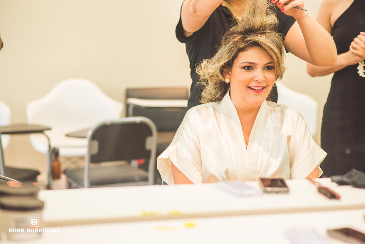 Noiva fazendo o cabelo no making of