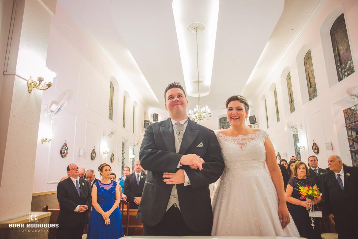 Noivos sorrindo na igreja Capela Nossa Senhora da Saude