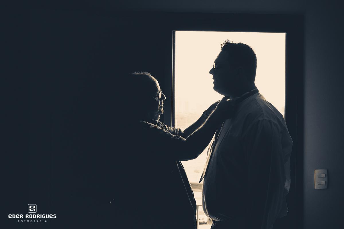 Pai do noivo arrumando a gravata