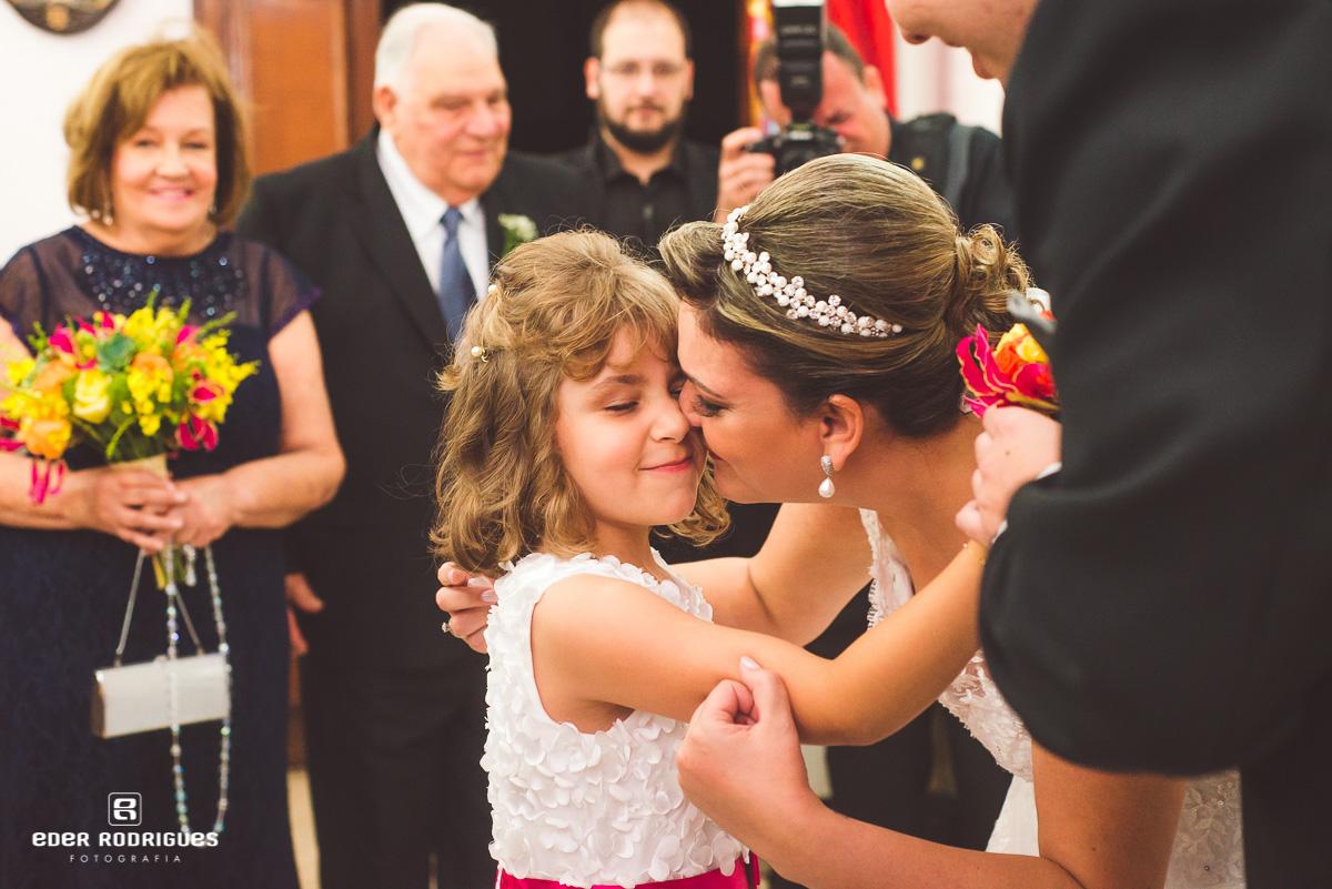 Noiva abraçando a dama de honra