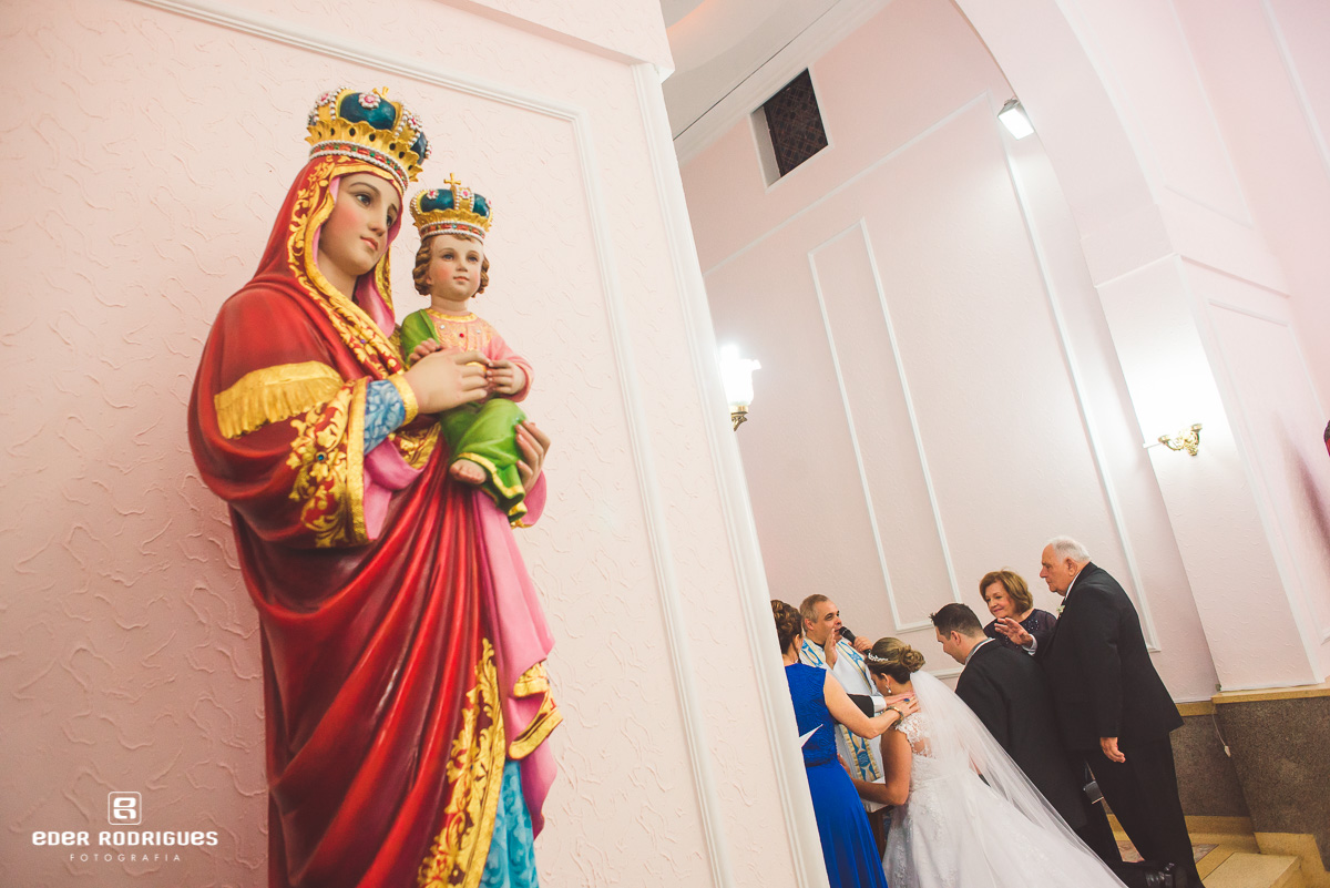 Imagem de santa na igreja