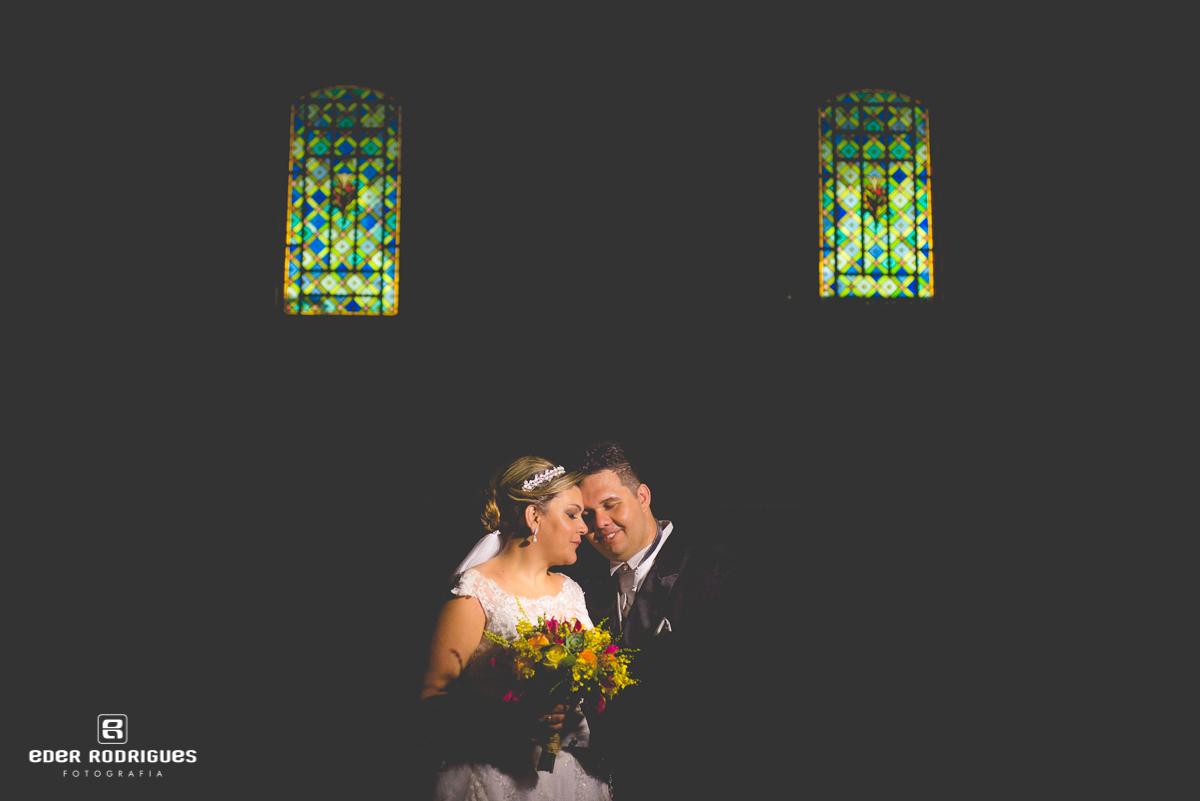 ensaio de fotos com os noivos na igreja