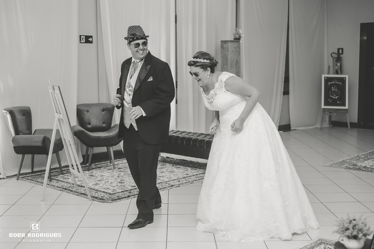 Noivos dançando no salão