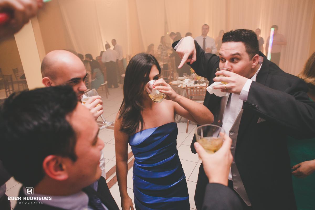 Noivo bebendo uísque