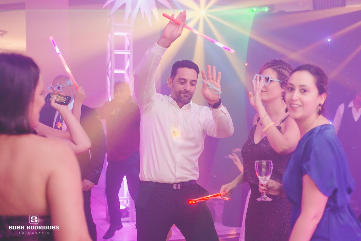 Convidados dançando na festa
