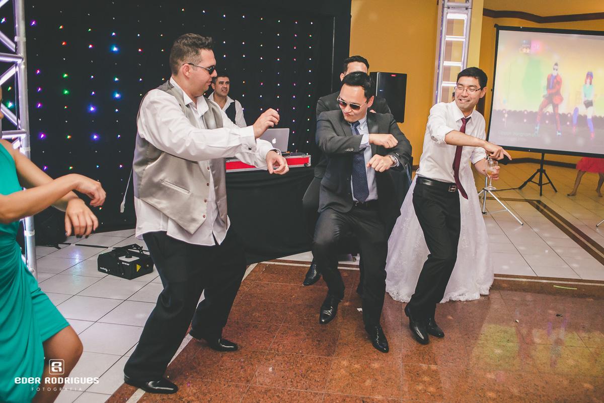 Noivo dançando na festa
