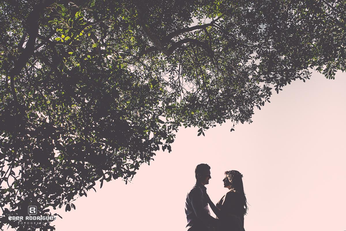 Casal se olhando no deck do Lavandário