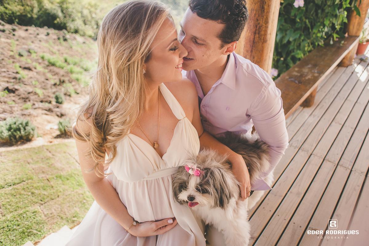 Casal com o cachorro no deck do Lavandário
