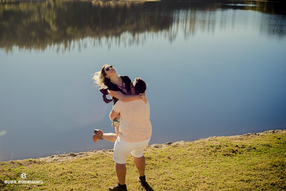 Noiva no colo, no lago itapeva, Amanda e Mateus, em Campos do Jordão