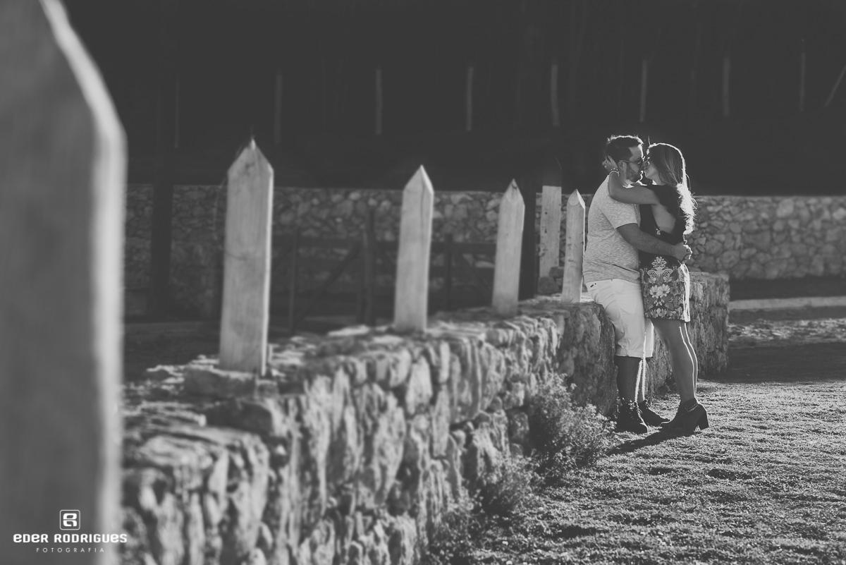 Beijo do casal de noivos no lago itapeva, Amanda e Mateus, em Campos do Jordão