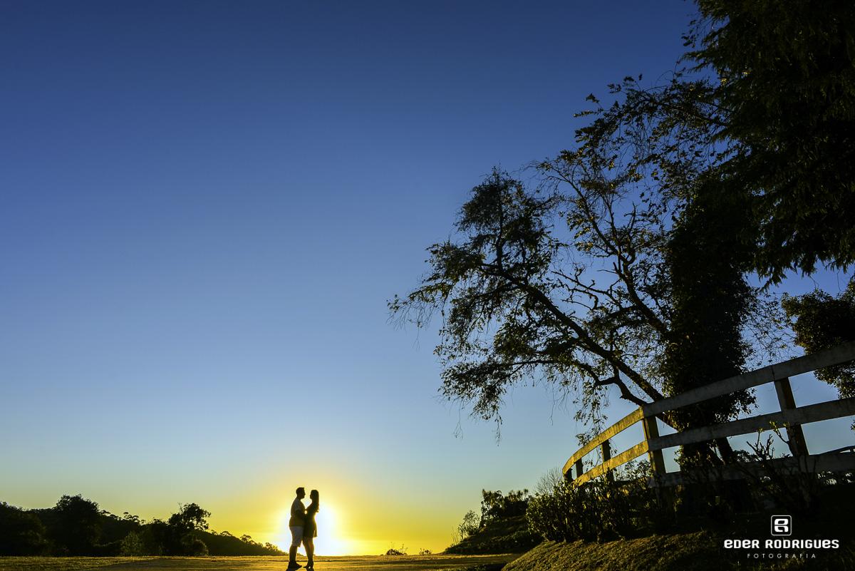 Casal de noivos no pôr do sol, Amanda e Mateus, em Campos do Jordão