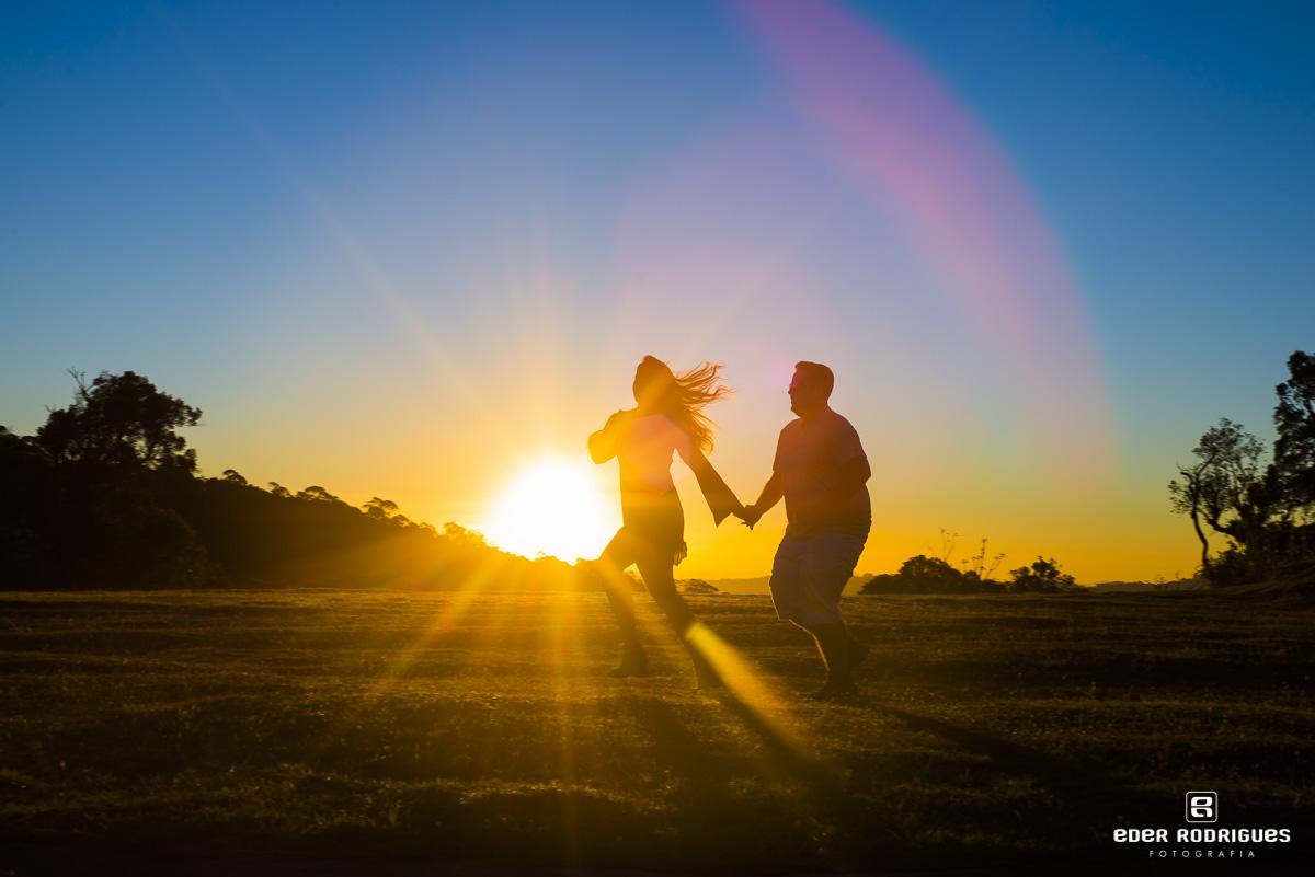 Casal de noivos correndo no pôr do sol, Amanda e Mateus, em Campos do Jordão