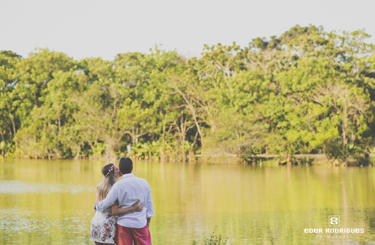 casal na beira do lago, noiva beijando o noivo no parque da cidade em São José dos Campos