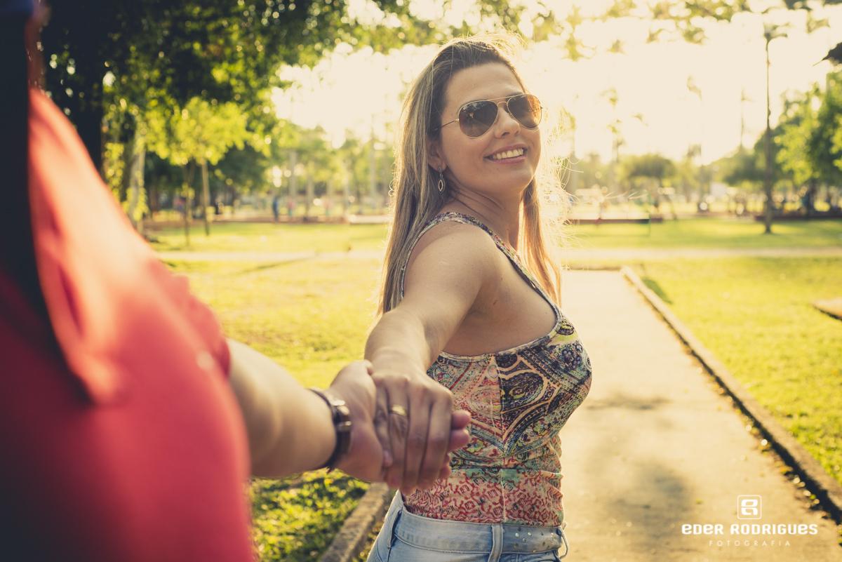 casal de noivos correndo no parque da cidade em São José dos Campos