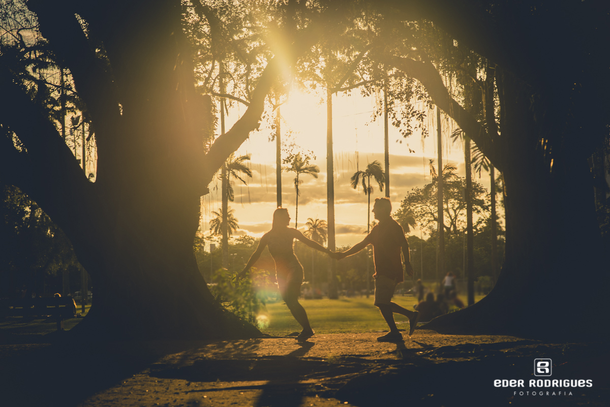 casal de noivos correndo de mão dadas no parque da cidade em São José dos Campos
