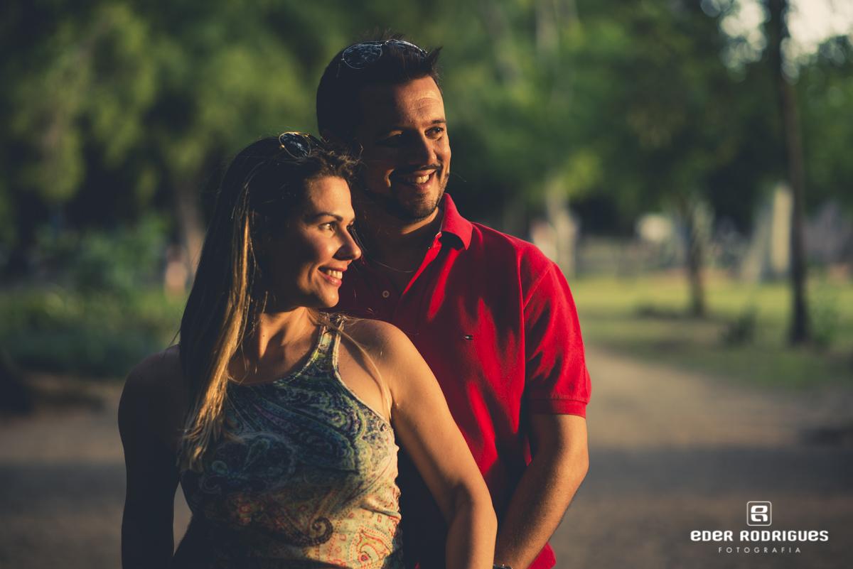 noivos sorrindo,  no parque da cidade em São José dos Campos