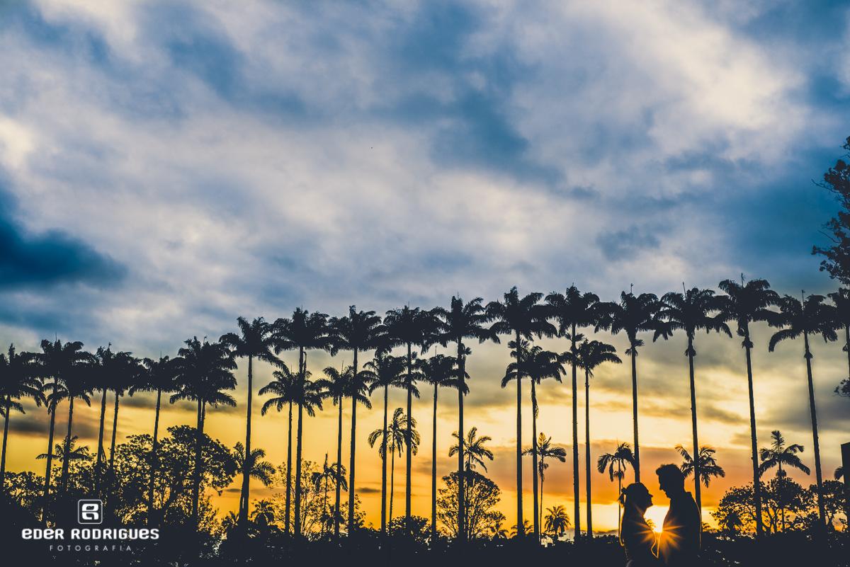 casal de noivos no pôr do sol, no parque da cidade em São José dos Campos