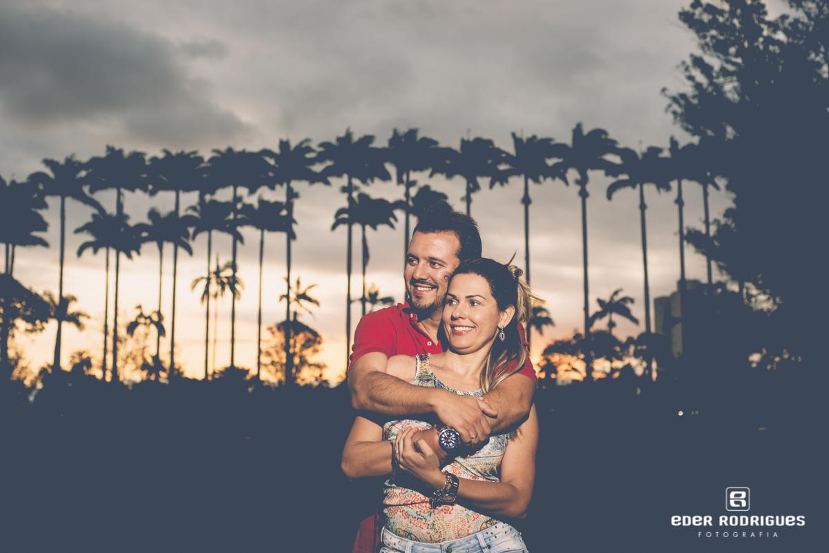 casal de noivos abraçados no pôr do sol, no parque da cidade em São José dos Campos