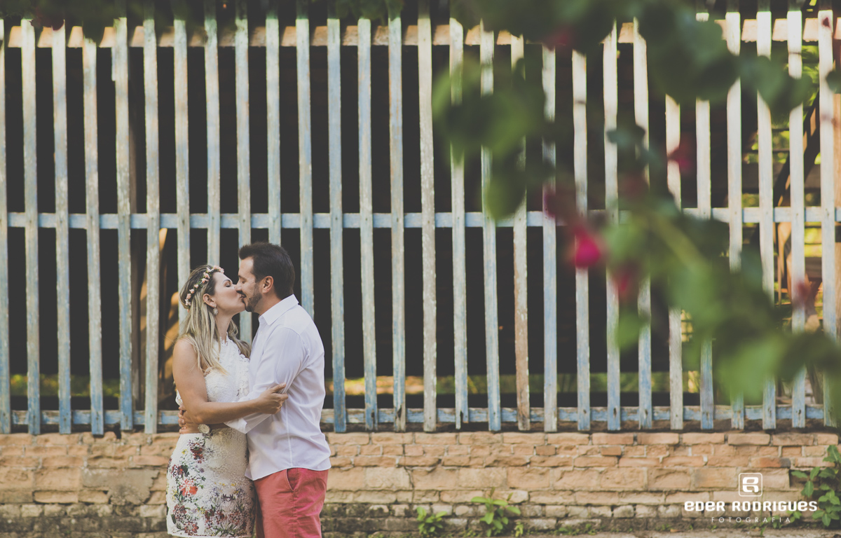casal de noivos se beijando no parque da cidade em São José dos Campos