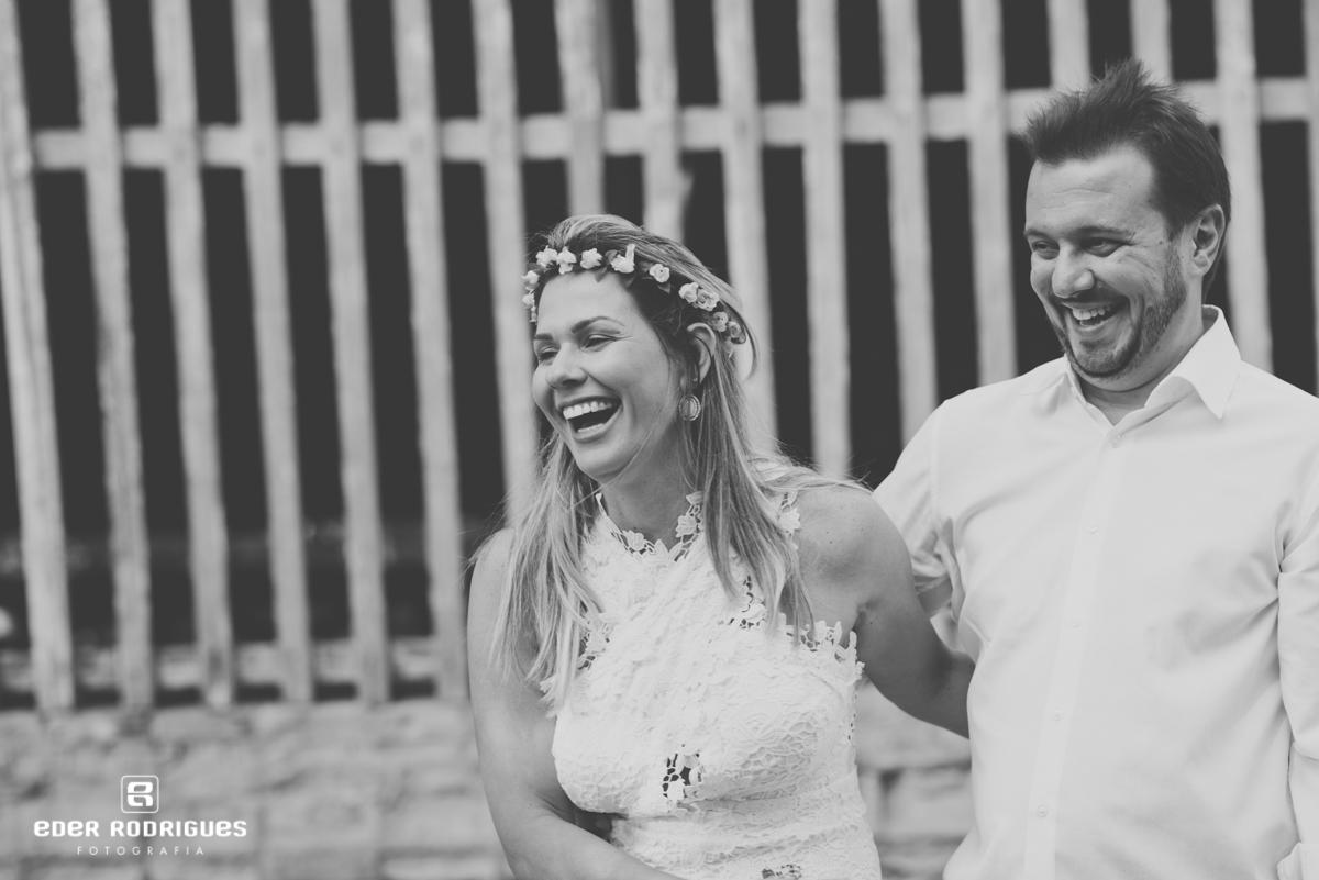 casal de noivos sorrindo no parque da cidade em São José dos Campos