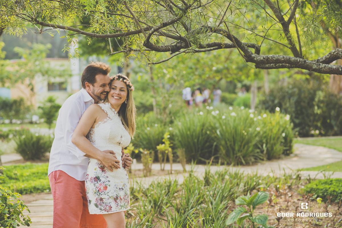 casal de noivos abraçados no jardim do parque da cidade em São José dos Campos