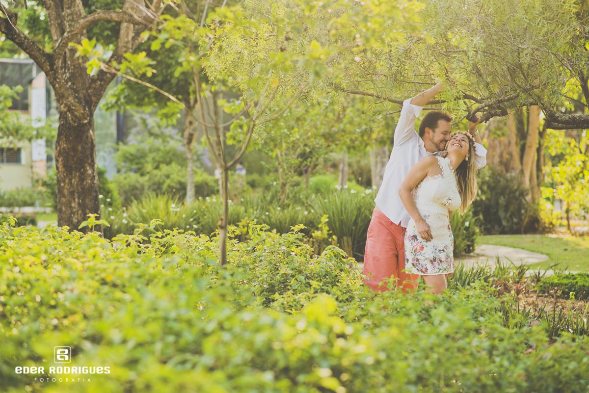casal de noivos alegres no jardim