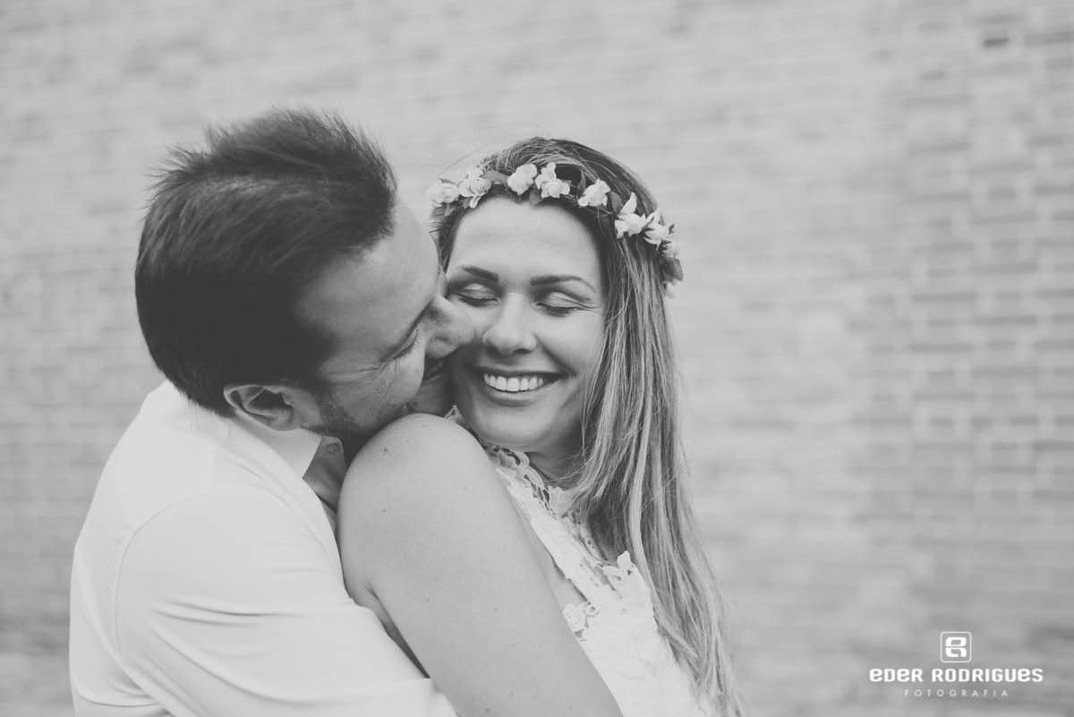 noivo beijando noiva no rosto, no parque da cidade em São José dos Campos