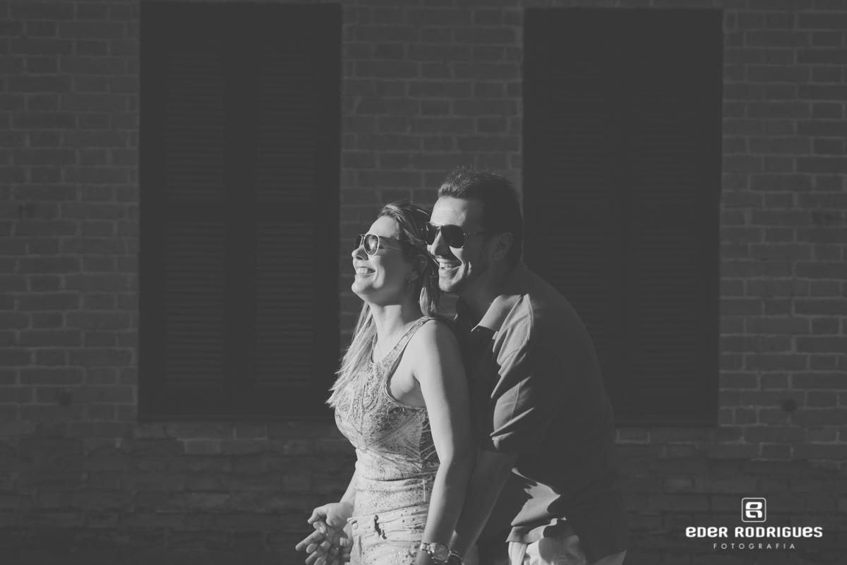 casal de noivos abraçados e sorrindo no parque da cidade em São José dos Campos
