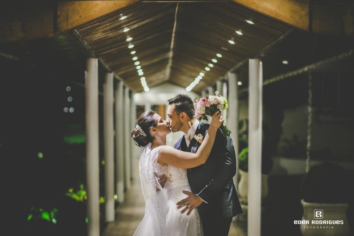 Noivos se baijando no salão do Monarka Hall em Taubaté-SP