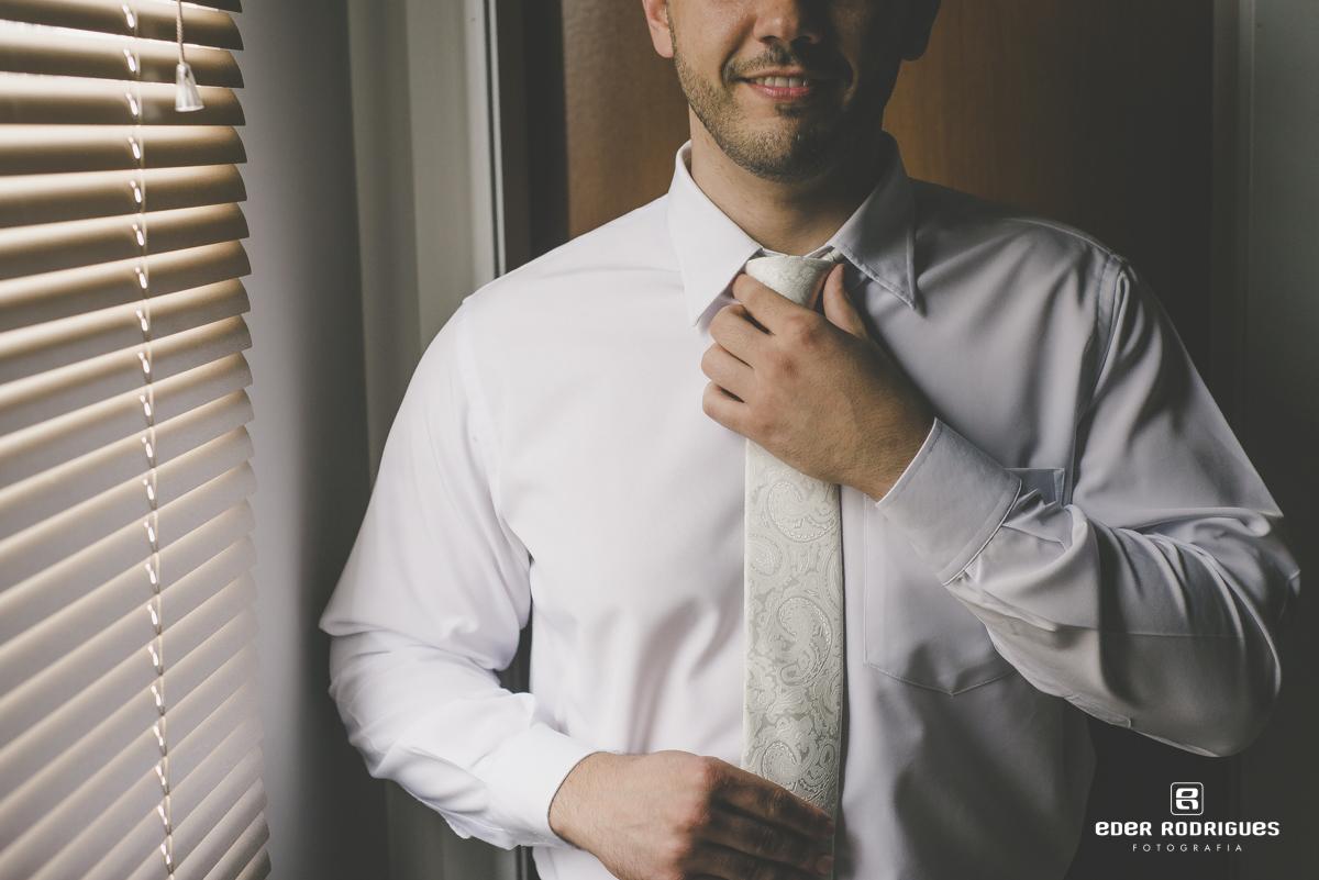 Making of do noivo arrumando a gravata