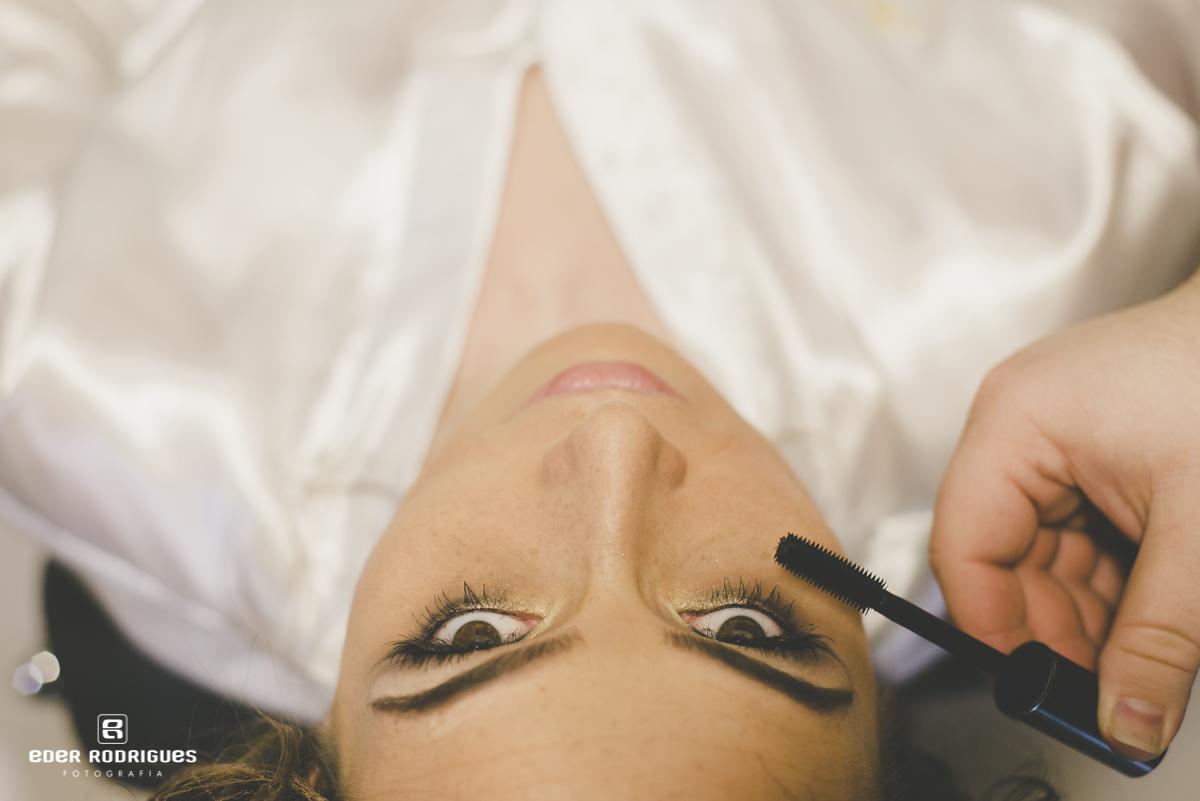 Noiva se maquiando no making of