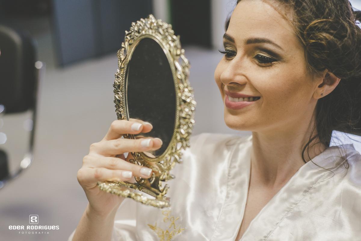 Noiva sorrindo no espelho