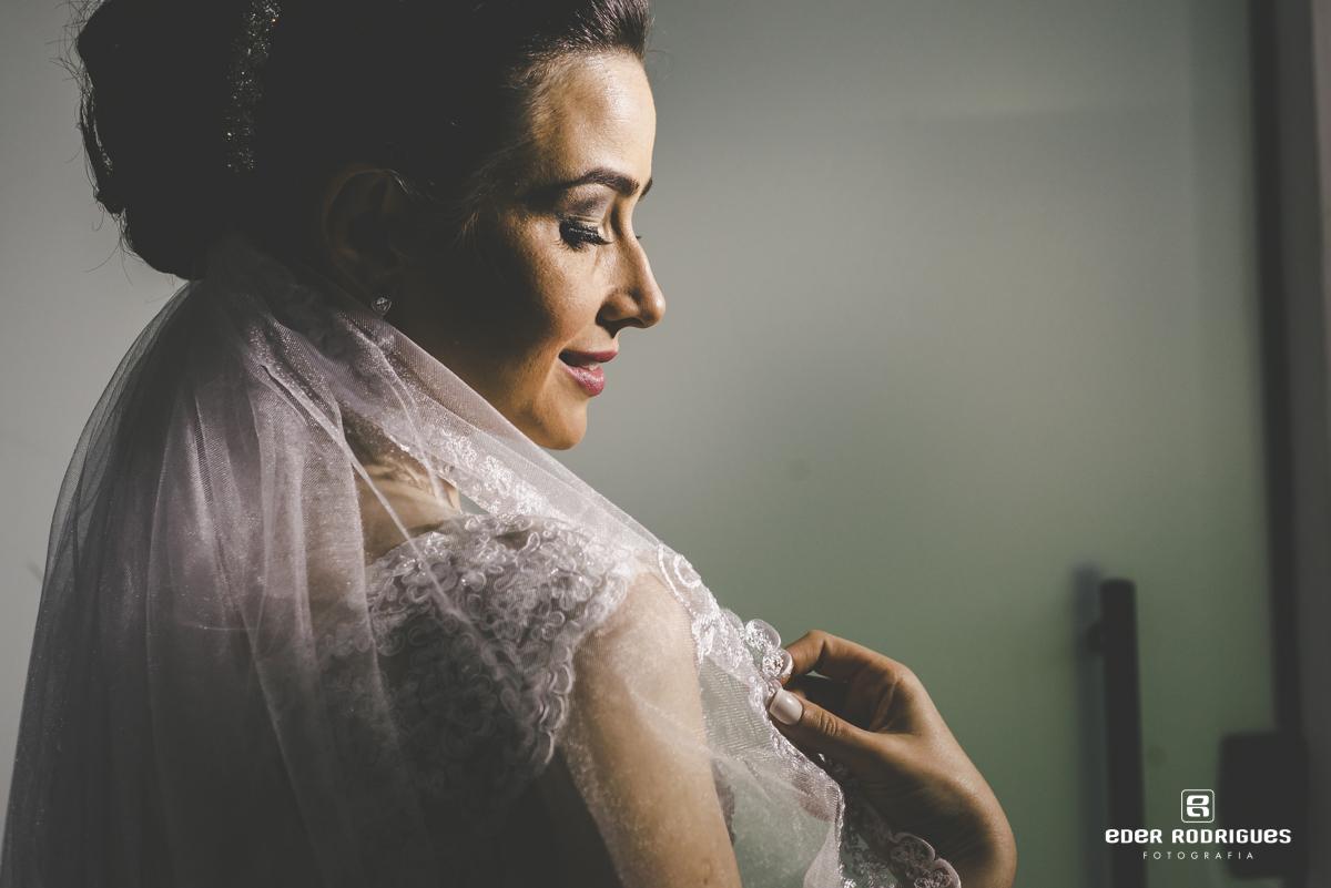 Noiva mostrando o vel do vestido