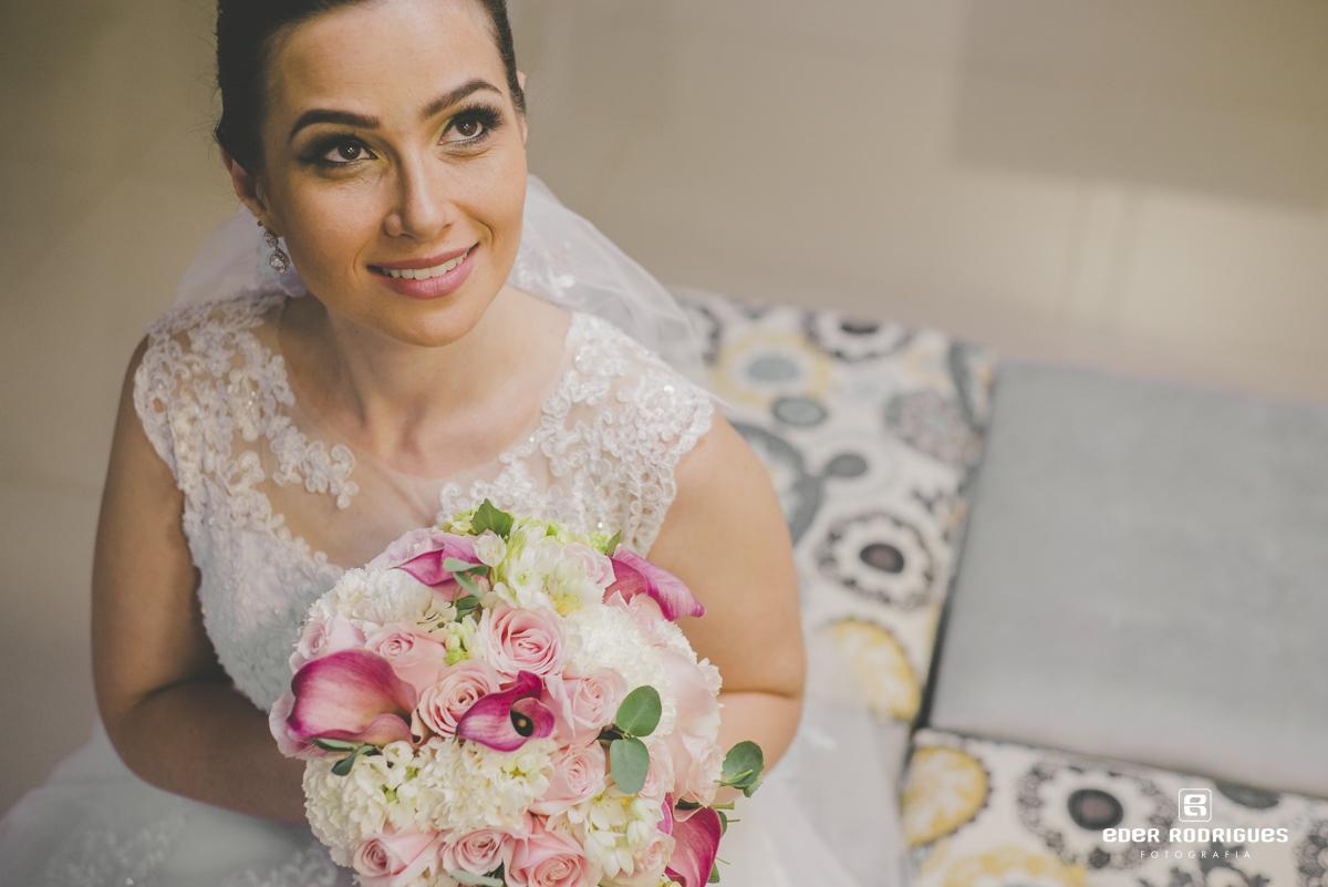 Noiva sorrindo com o buquê