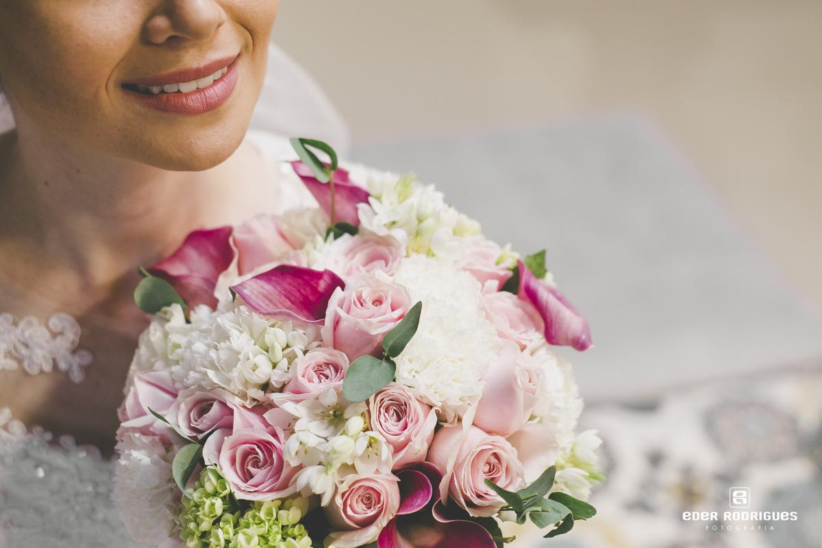 Noiva sorrindo com o buquê da Sânia Rossi
