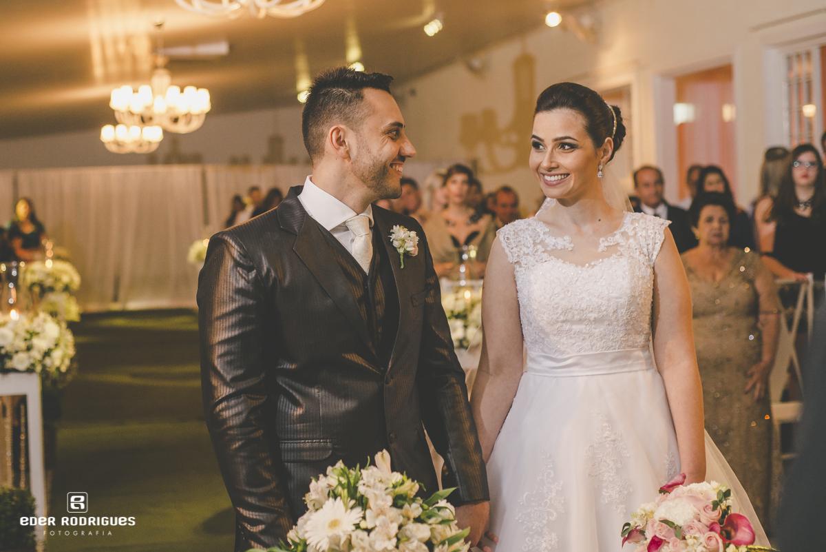 Casal de noivos sorrindo