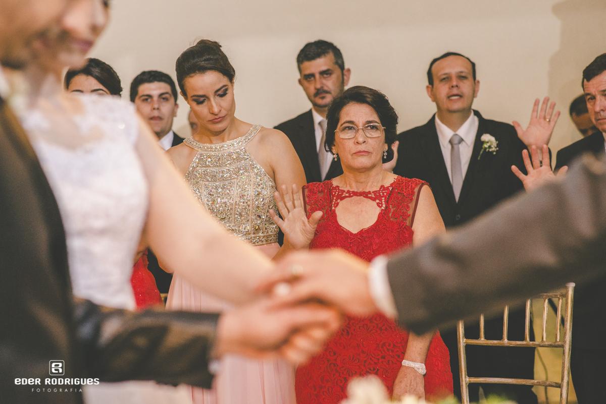 Mãe da noiva abençoando