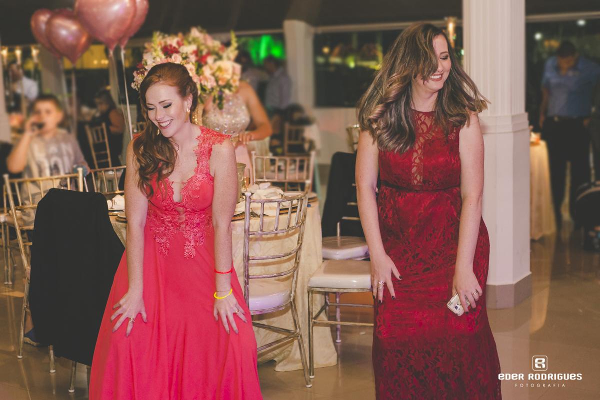Madrinha da noiva dançando