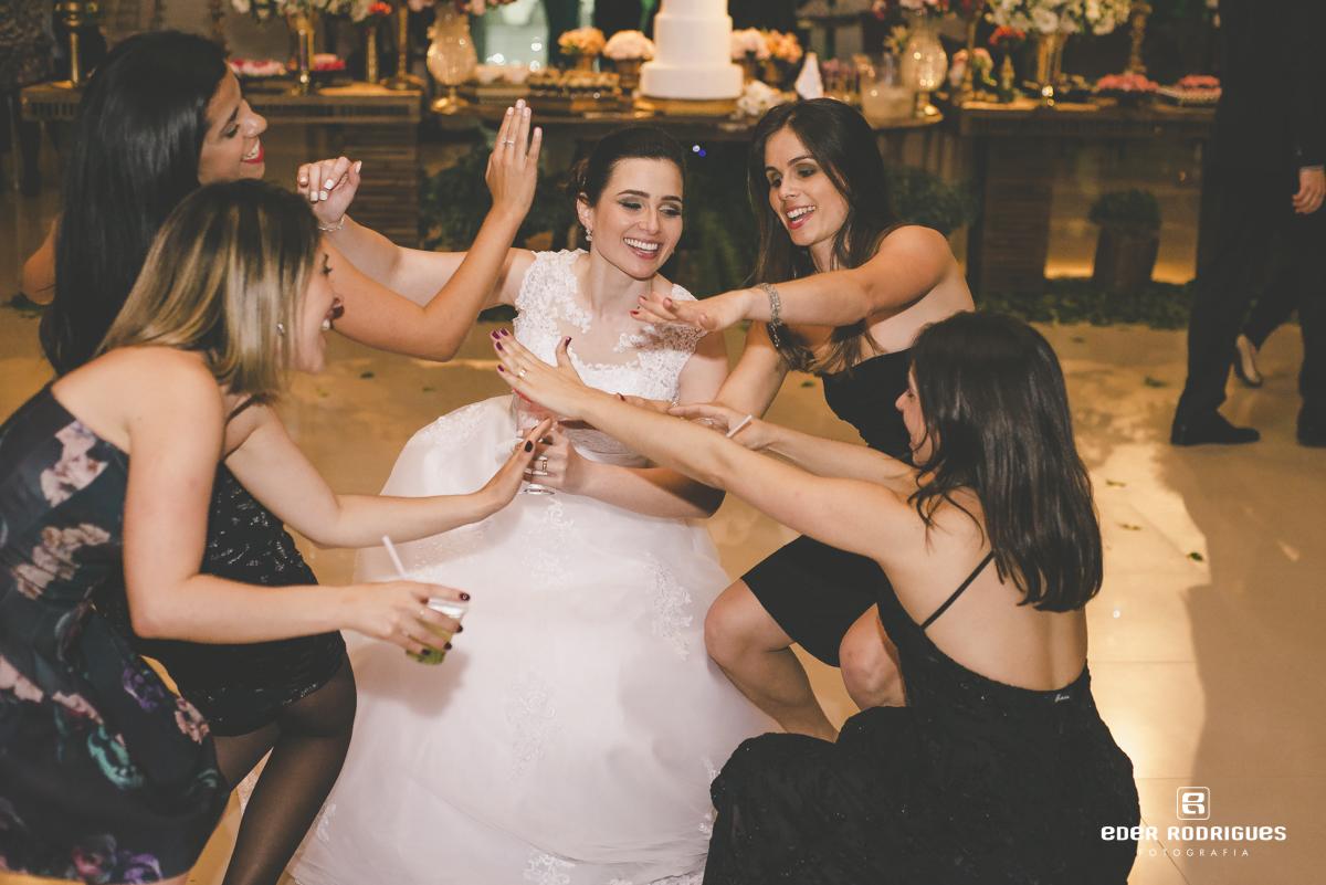 Noiva dançando com amigas