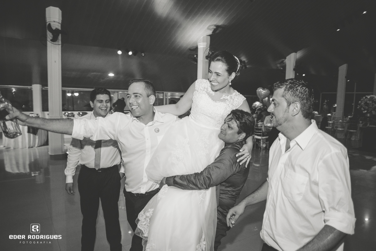 Noiva na festa sendo carregada no colo