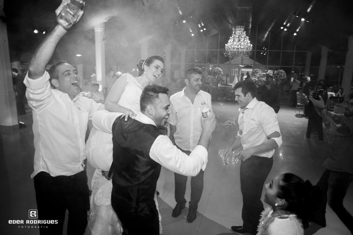 Noiva na festa sendo carregada