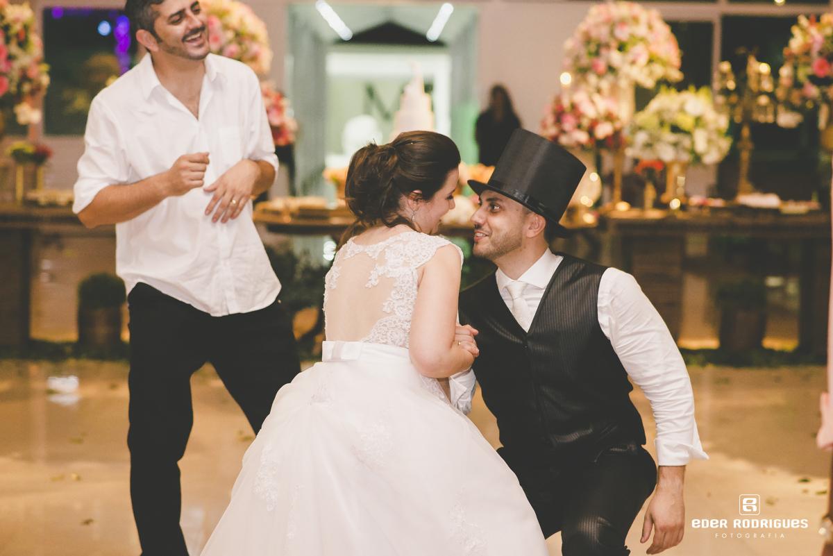 Casal de noivos sançando