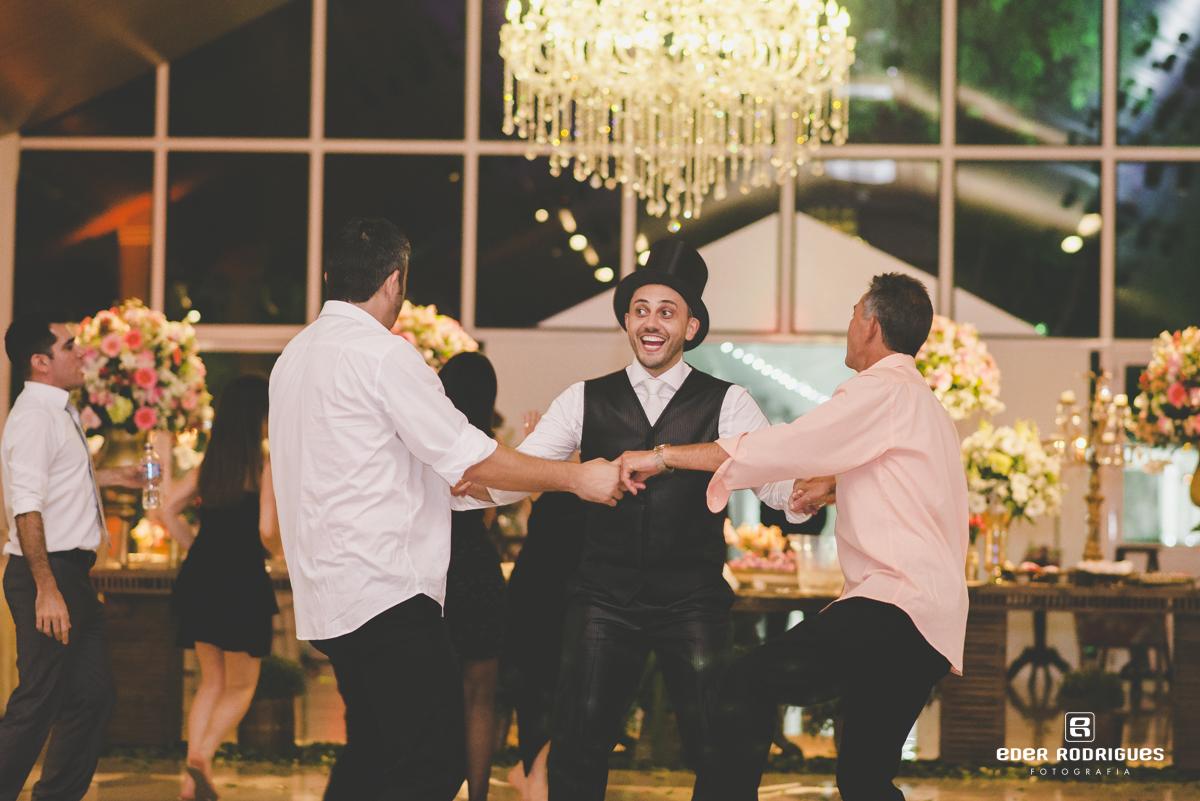 Noivo dançando com amigos
