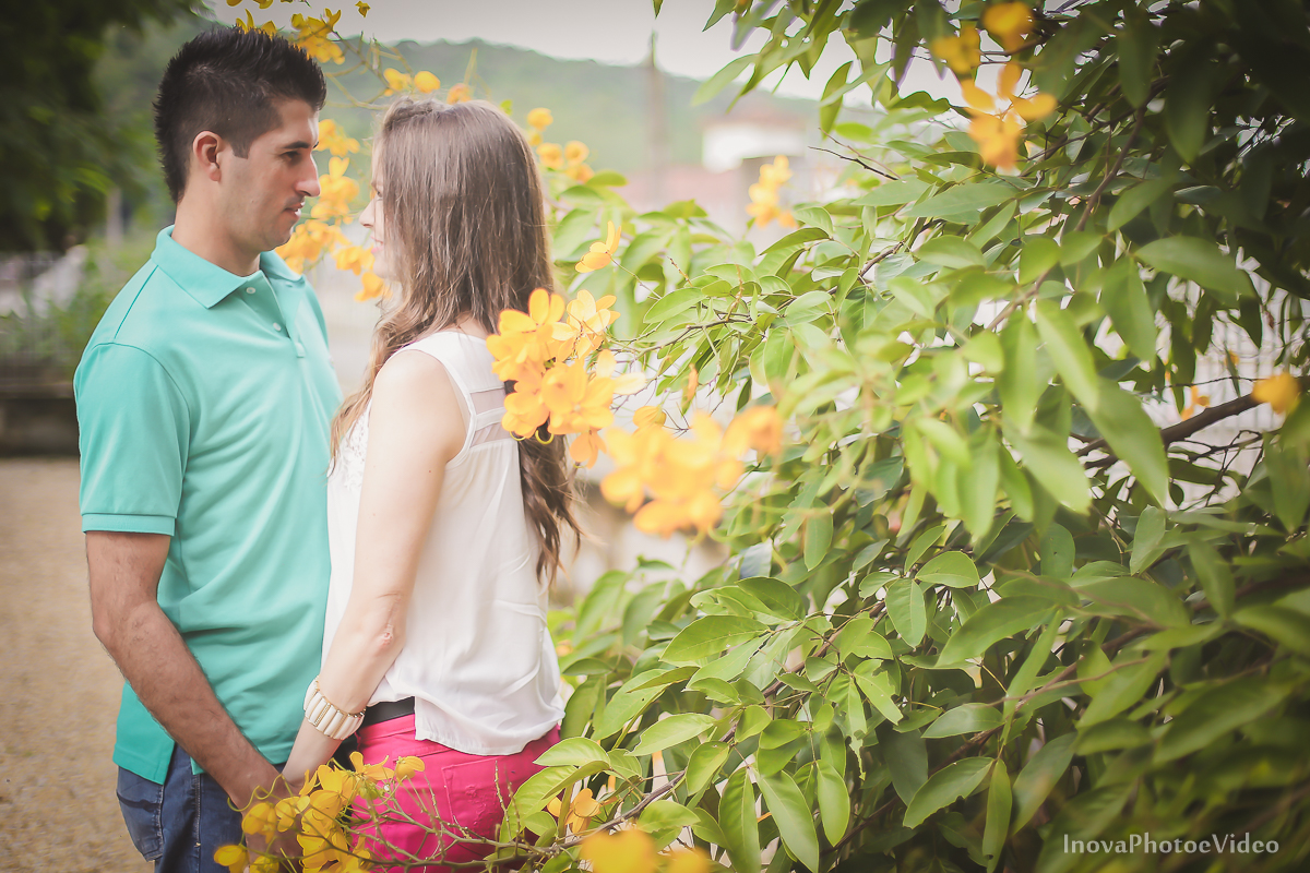 pre-wedding-Anderson-e-Vanessa-Fotografia-Ensaio-Casamentos-picture-chuva-inova-photo-e-video-florianopolis-noivos-namorados-sol-praia-beach-White- olhar-frente