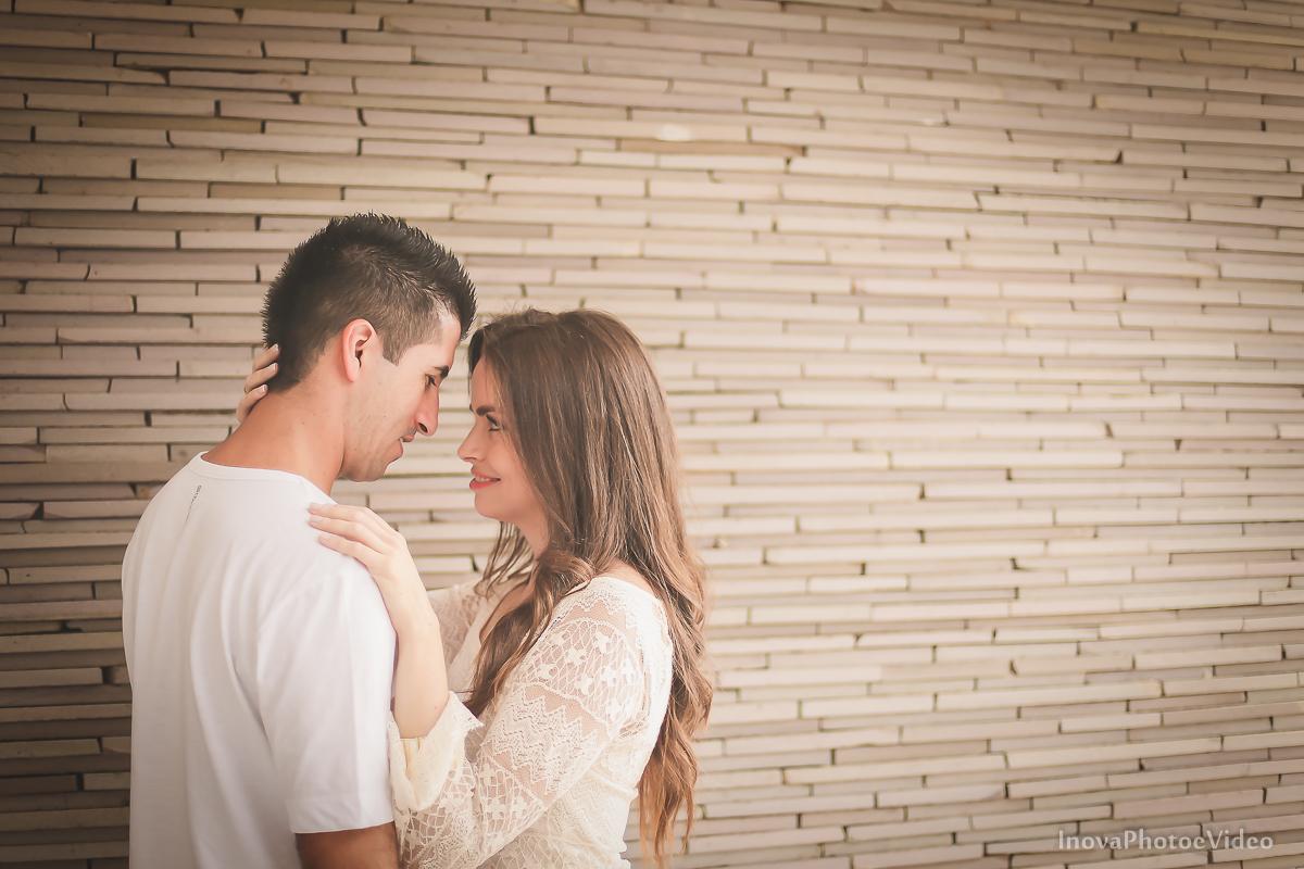 pre-wedding-Anderson-e-Vanessa-Fotografia-Ensaio-Casamentos-picture-chuva-inova-photo-e-video-florianopolis-noivos-namorados-chuva-White- olhar-frente-gotas-flash-abraço-inova-photo-video