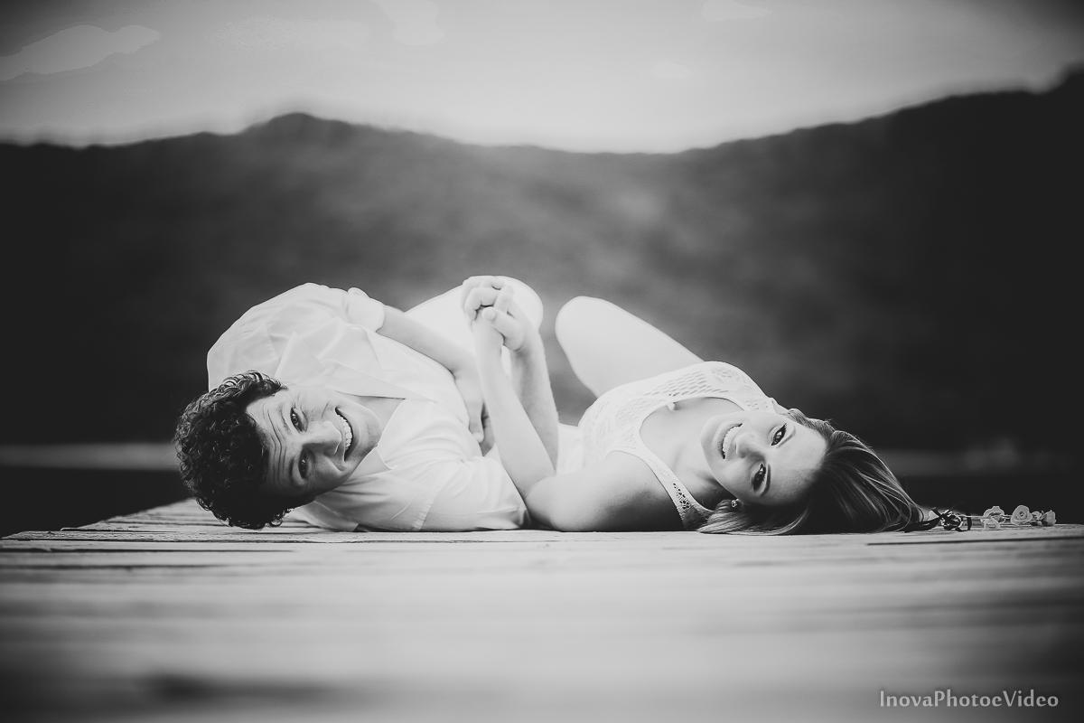 costa-da-lagoa-antonio-lais-amor-paixão-pre-wedding-ensaio-pre-casamento-floripa-lagoa-trapiche-casal-olhares-preto-e-branco-pb