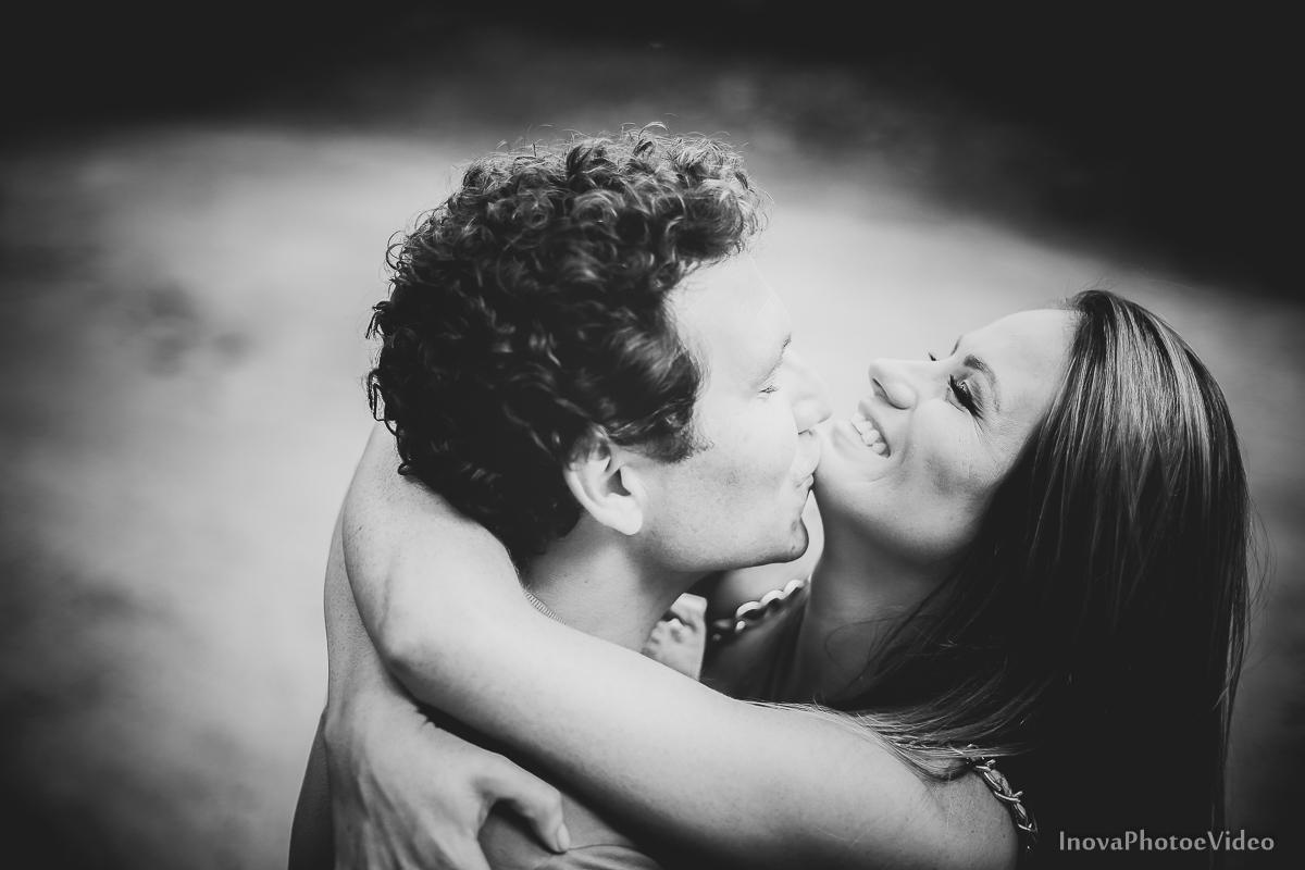 felicidade-pre-wedding-praia-floripa-casal-feliz-inova-sorriso-preto-e-branco-amor-abraço