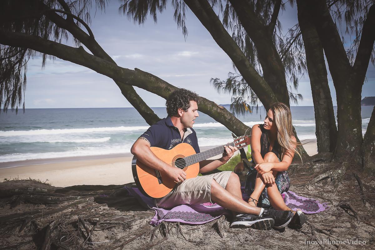 violão-praia-beach-pre-wedding-antonio-lais-floripa-moçambique-casal-fotografia-paisagem-verão