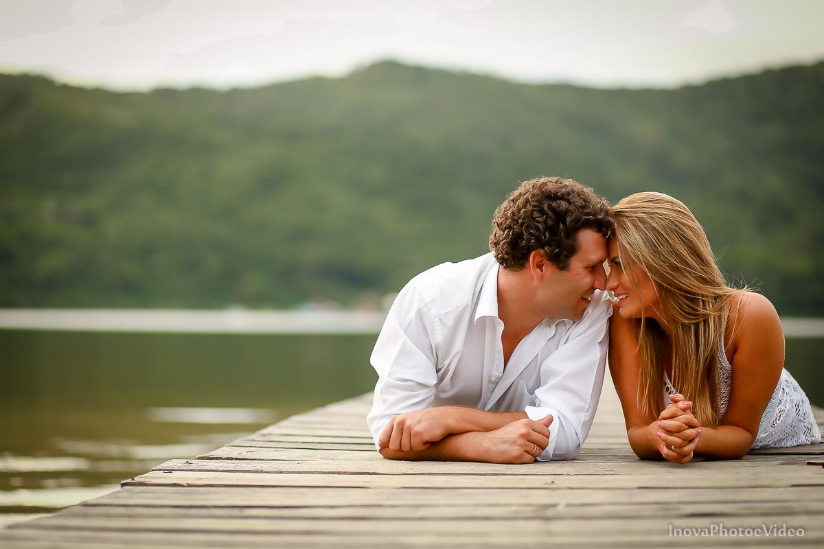 costa-da-lagoa-antonio-lais-amor-paixão-pre-wedding-ensaio-pre-casamento-floripa-lagoa-trapiche-casal-testa-narizes