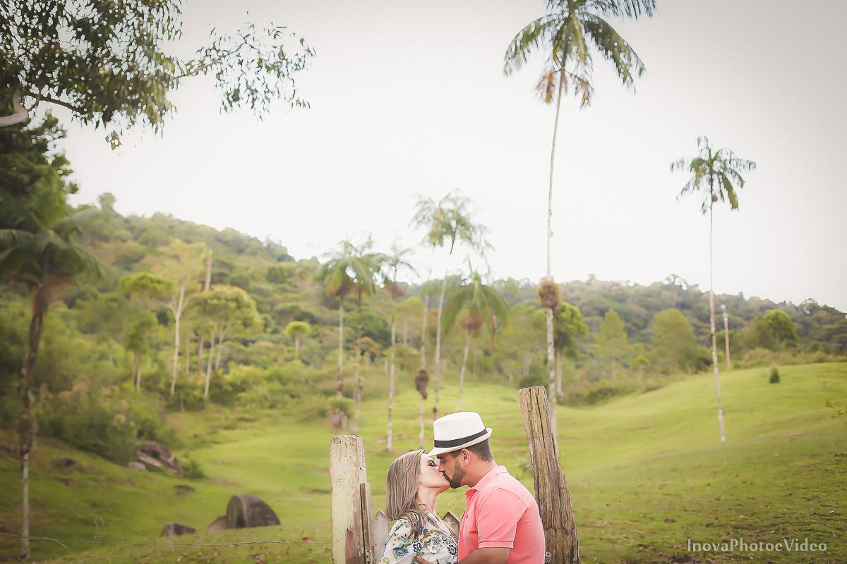 ensaio-pre-casamento-wedding-sitio-recanto-do-vale-Biguaçu-sc-Fabricia-Renato-beijo-inova